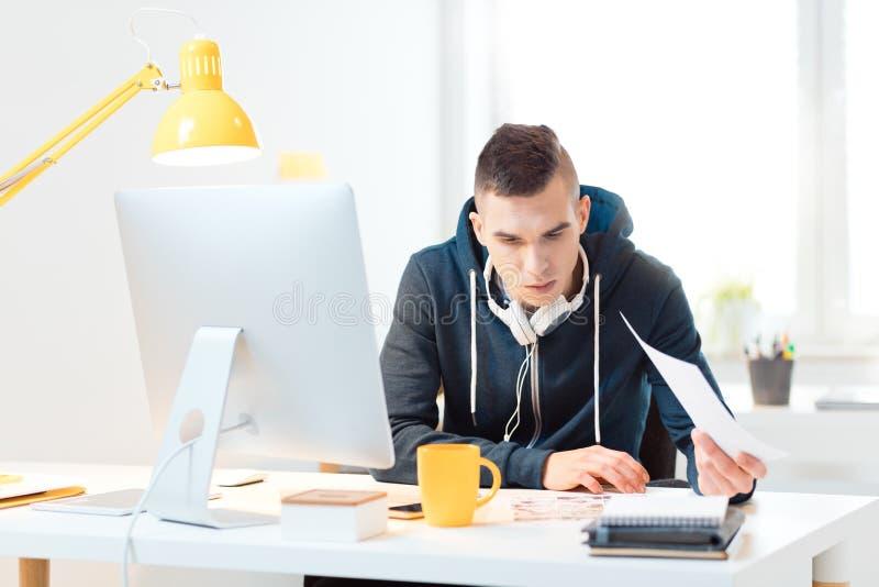 Hombre joven que trabaja en casa la oficina imágenes de archivo libres de regalías