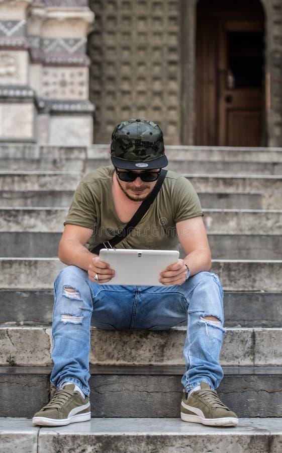 Hombre joven que usa el suyo tableta imágenes de archivo libres de regalías