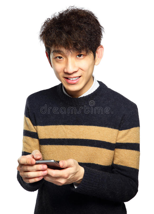 Hombre joven que usa el teléfono móvil en el fondo blanco foto de archivo libre de regalías