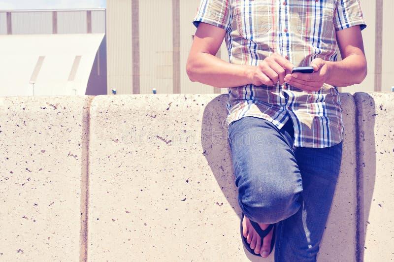 Download Hombre Joven Que Usa Un Smartphone Al Aire Libre Foto de archivo - Imagen de gente, jugador: 41910210