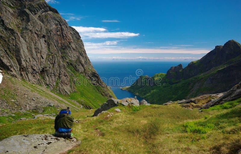 Hombre joven que va de excursión en el Lofoten, Noruega imagenes de archivo