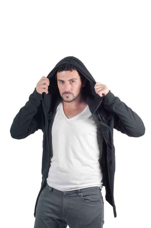 Hombre joven que viste sudadera con capucha imagenes de archivo