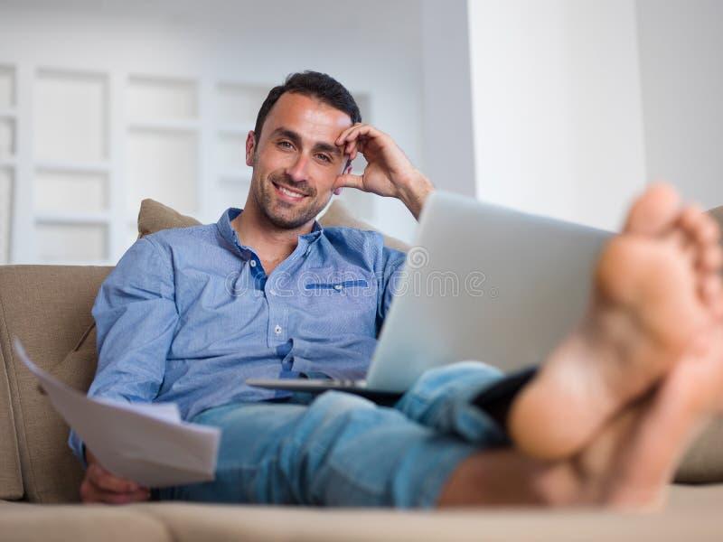 Hombre joven relajado en casa en balcón fotos de archivo