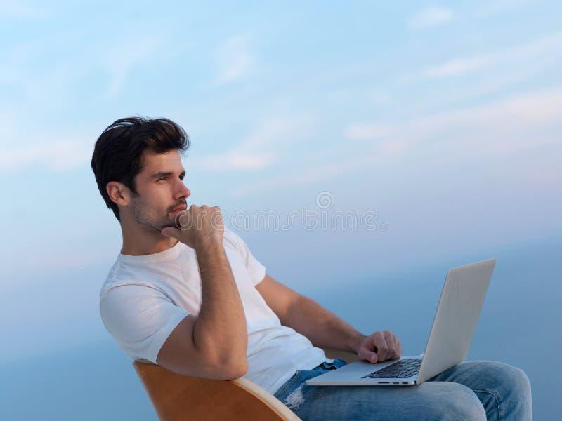 Hombre joven relajado en casa en balcón foto de archivo libre de regalías