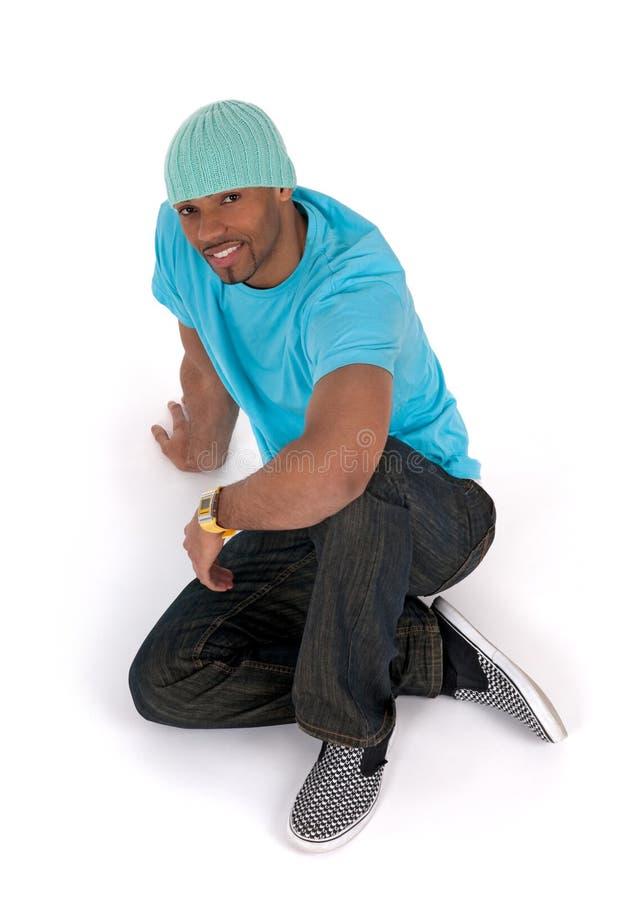 Hombre joven Relaxed que se sienta en el suelo foto de archivo libre de regalías