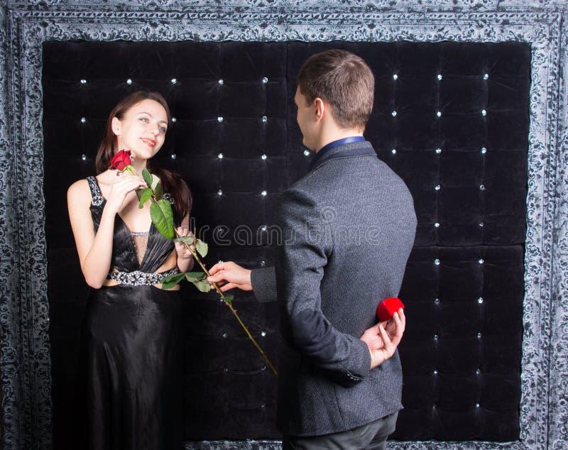 Hombre joven romántico que pide que una mujer lo case foto de archivo libre de regalías