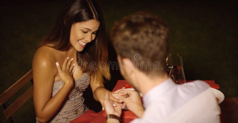 Hombre joven romántico que propone a su amor foto de archivo libre de regalías