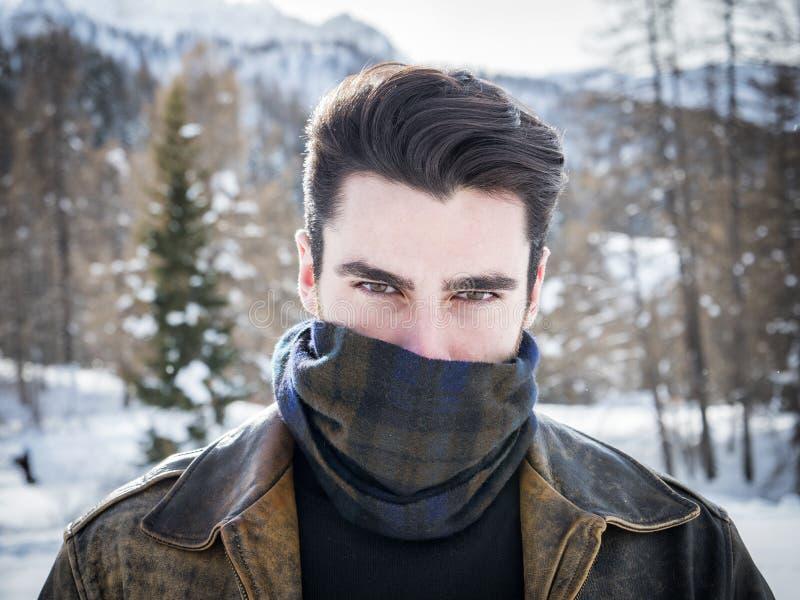 Hombre joven sexual cubierto con la bufanda fotografía de archivo