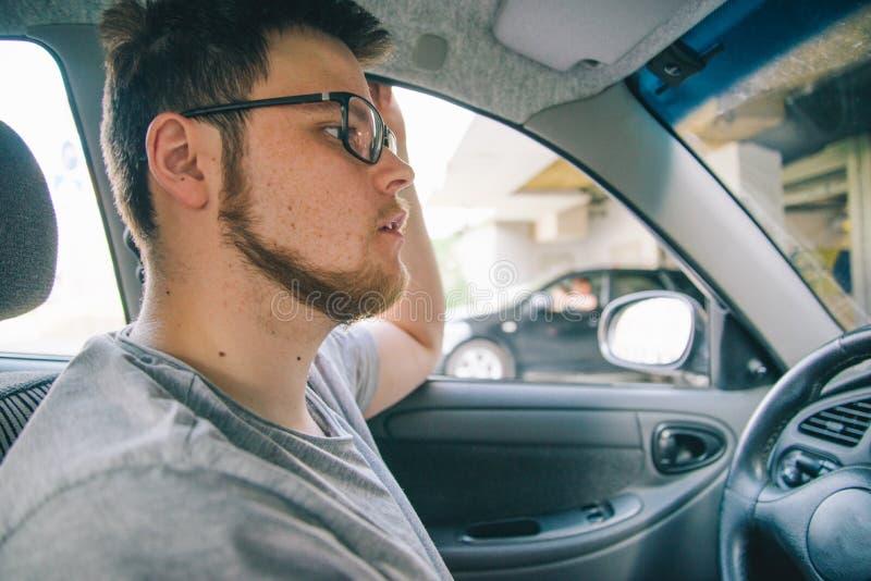 Hombre joven sin la experiencia que conduce el coche imágenes de archivo libres de regalías