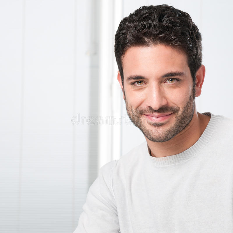 Hombre joven sonriente imagenes de archivo