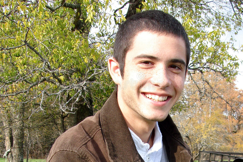 Hombre joven sonriente foto de archivo libre de regalías