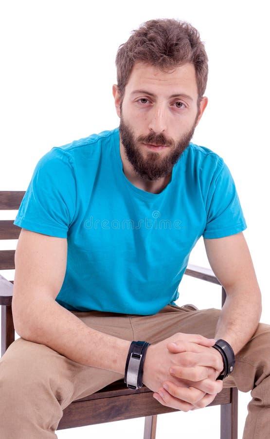 Hombre joven sonriente con la presentación de la barba fotos de archivo