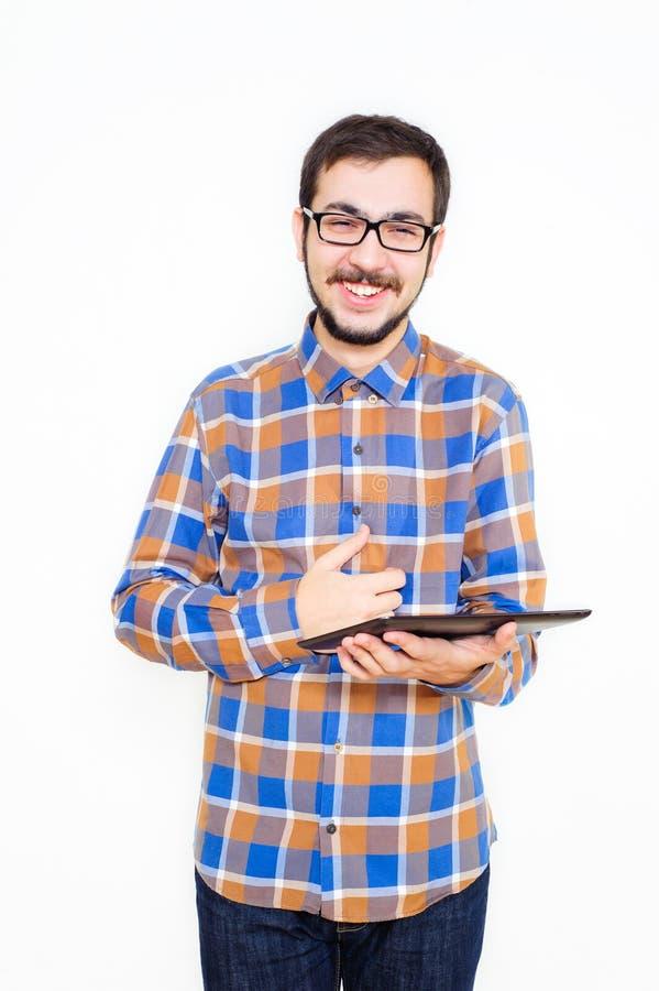 Hombre joven sonriente con una tableta fotografía de archivo libre de regalías