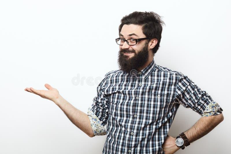 Hombre joven sonriente feliz con la presentación de la barba fotos de archivo libres de regalías