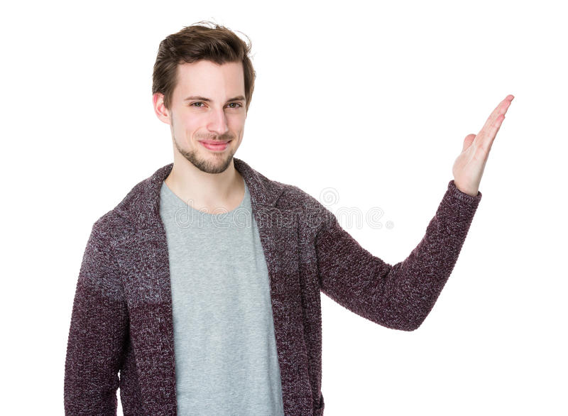 Hombre joven sonriente feliz que presenta y que muestra su texto o golpecito imagen de archivo libre de regalías