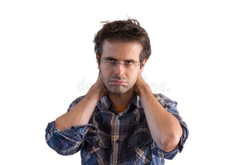 Hombre joven subrayado con dolor de cabeza en el fondo blanco foto de archivo