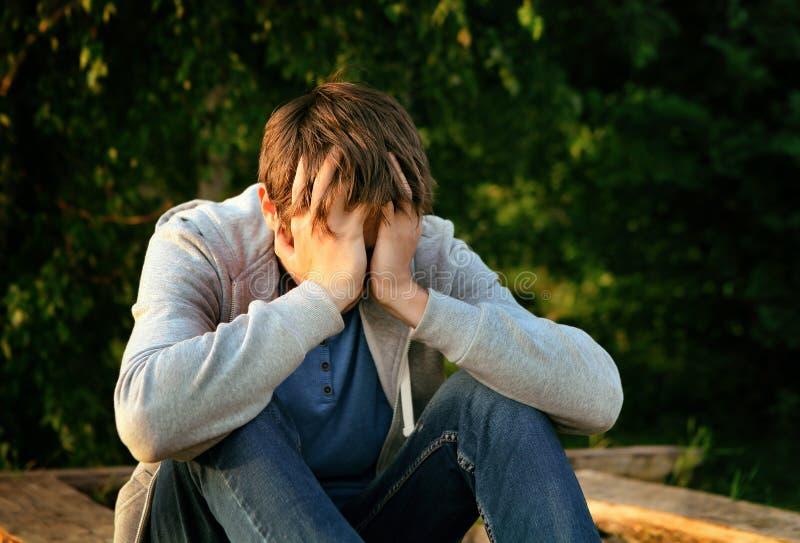 Hombre joven triste imagenes de archivo