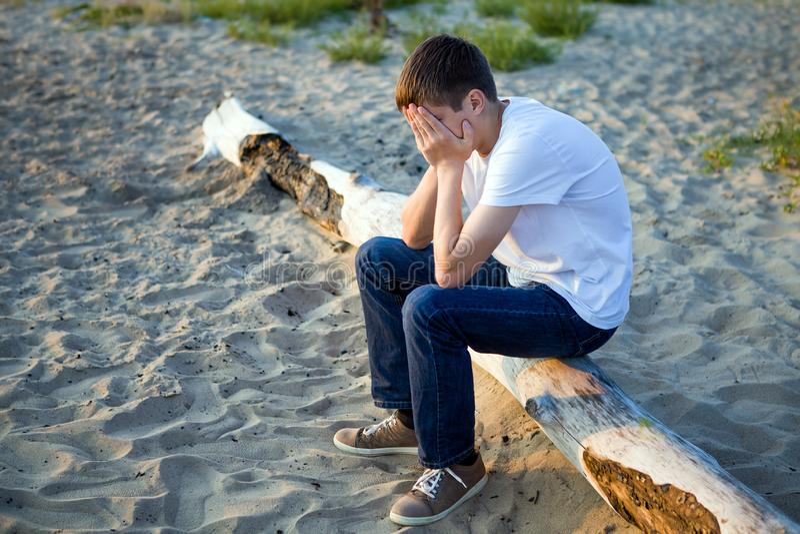 Hombre joven triste foto de archivo libre de regalías