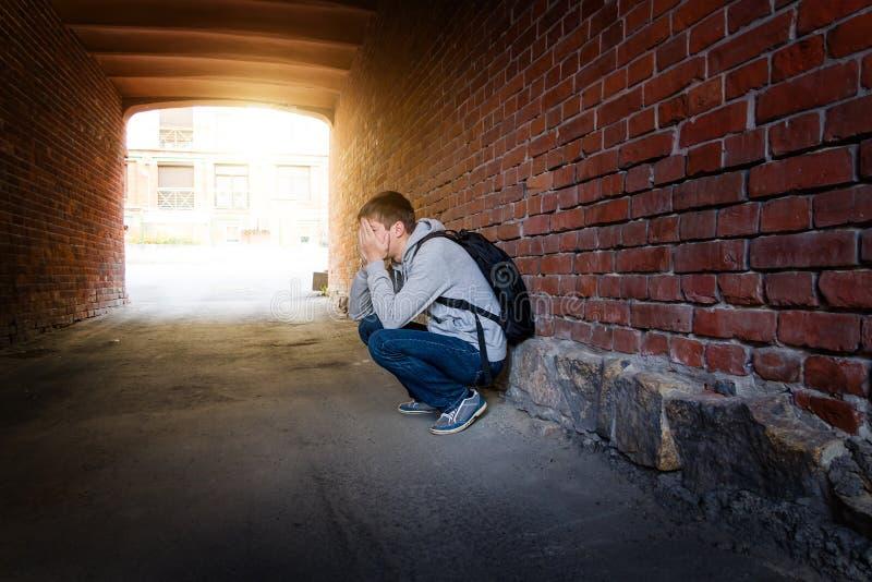 Hombre joven triste foto de archivo