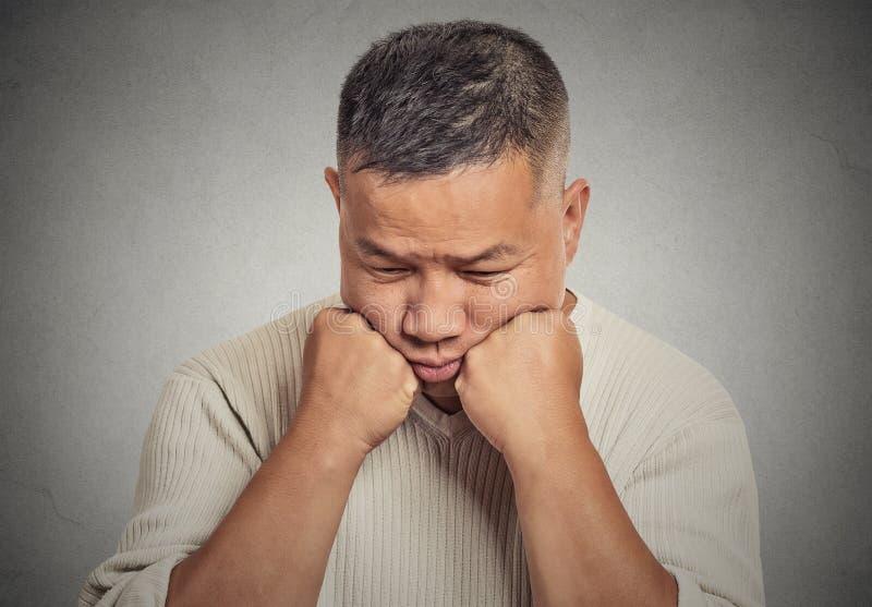 Hombre joven triste que mira abajo imagen de archivo libre de regalías