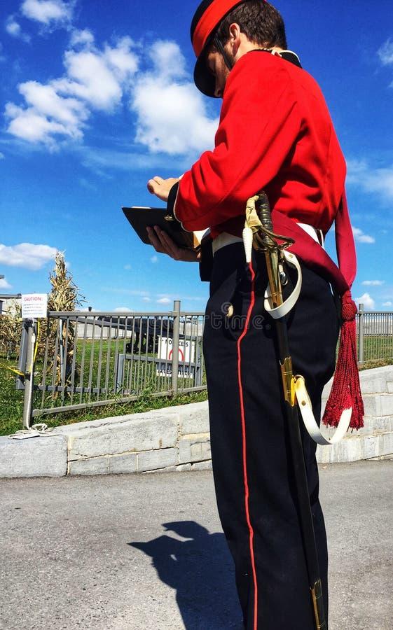 Hombre joven vestido como guarnición militar británica imagen de archivo libre de regalías