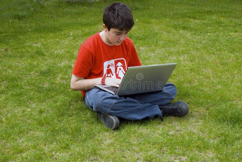 Hombre joven y computadora portátil foto de archivo