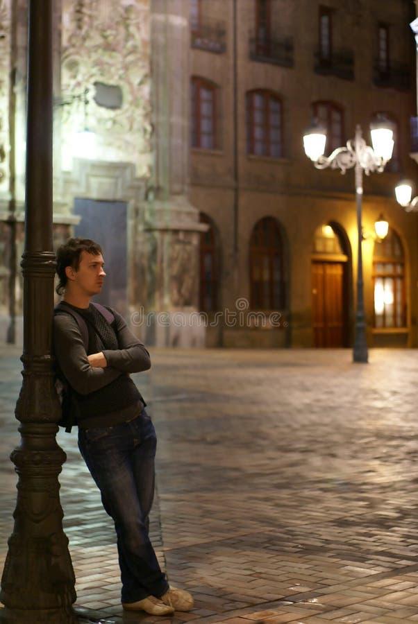 Hombre joven y linterna fotografía de archivo libre de regalías