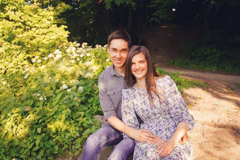 Hombre joven y mujer cariñosos fotografía de archivo libre de regalías