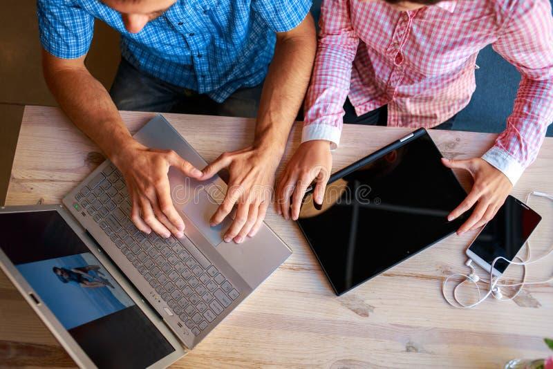 Hombre joven y mujer con el ordenador portátil fotos de archivo