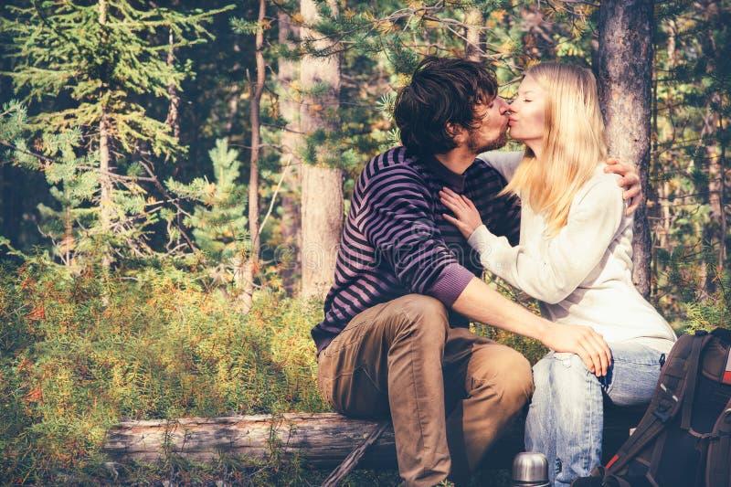 Hombre joven y mujer de los pares que se besan y que abrazan en al aire libre romántico del amor imágenes de archivo libres de regalías