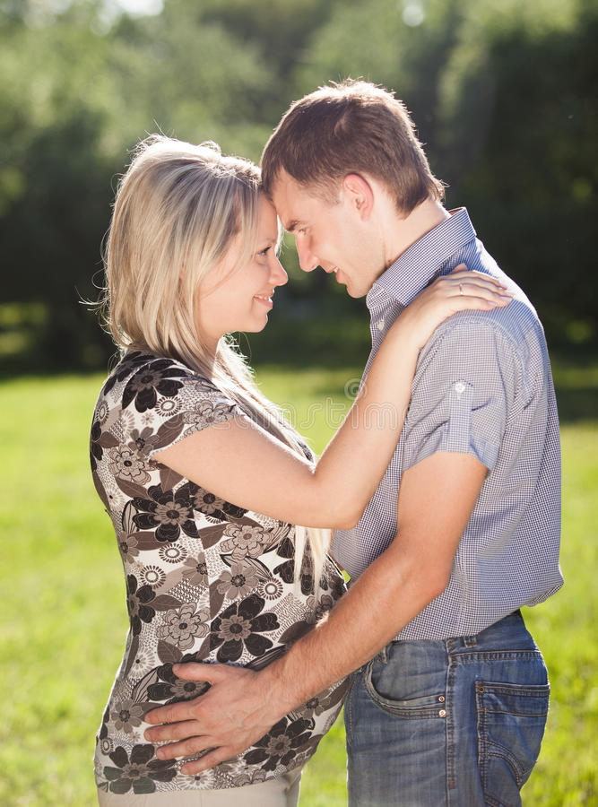Hombre joven y mujer embarazada cara a cara fotografía de archivo