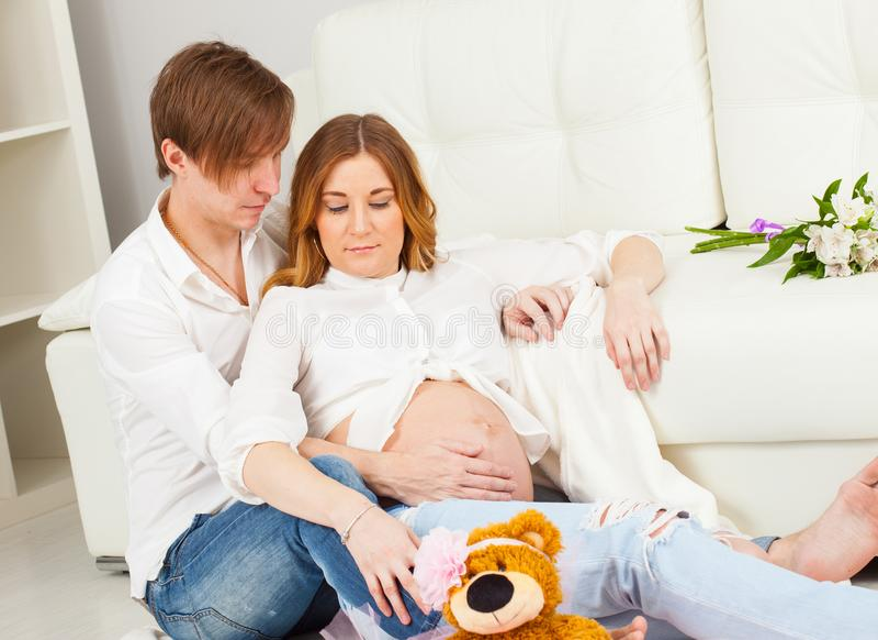 Hombre joven y mujer embarazada que esperan un recién nacido fotografía de archivo libre de regalías