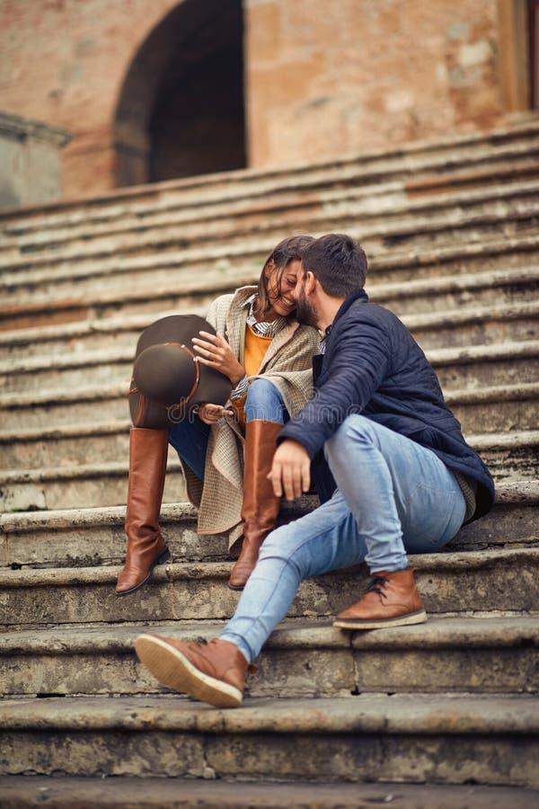 Hombre joven y mujer en amor que ligan mientras que goza en vacaciones imagenes de archivo