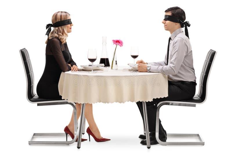 Hombre joven y mujer en una cita a ciegas foto de archivo