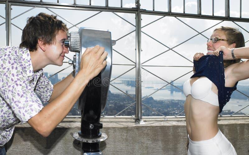 Hombre joven y mujer que bromean alrededor imagen de archivo