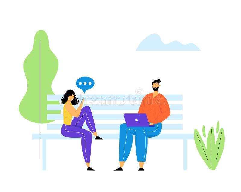 Hombre joven y mujer que se sientan en banco en parque con el ordenador portátil y Smartphone en manos y que comunican en línea e stock de ilustración
