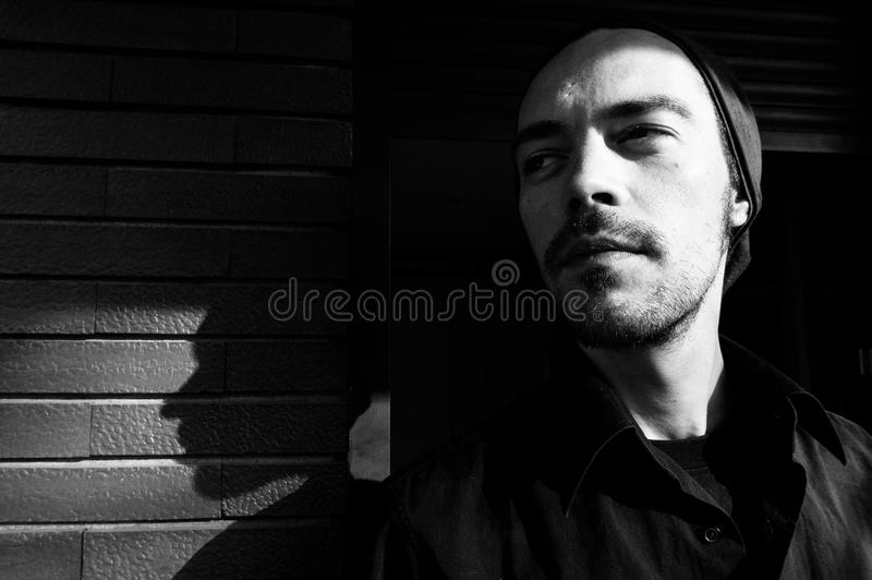 Hombre joven y su sombra fotos de archivo libres de regalías