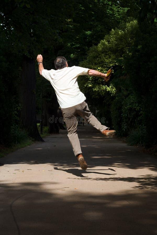 Hombre jubilado de salto fotografía de archivo libre de regalías
