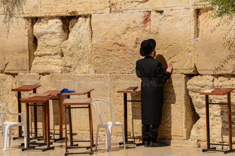 Hombre jud?o ortodoxo que ruega en la pared occidental en Jerusal?n, Israel foto de archivo libre de regalías