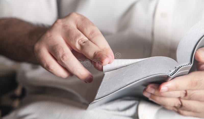 Hombre leyendo la Biblia en casa. Religi?n foto de archivo libre de regalías