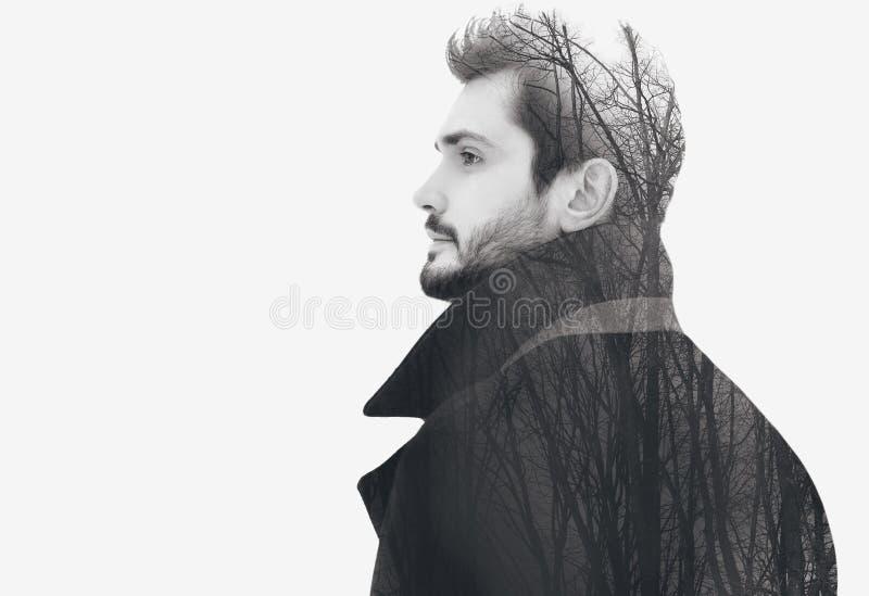 Hombre libre barbudo elegante de la moda de la exposición doble en miradas pensativas del perfil imagen de archivo