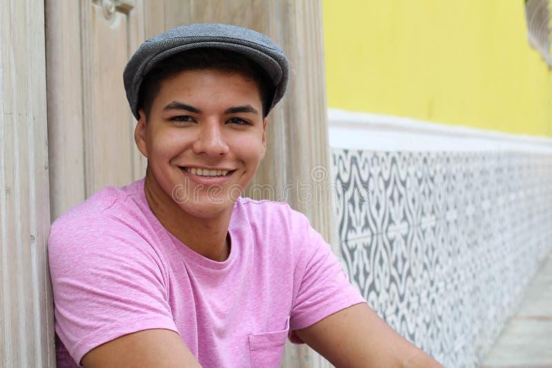 Hombre lindo con un sombrero imagen de archivo libre de regalías