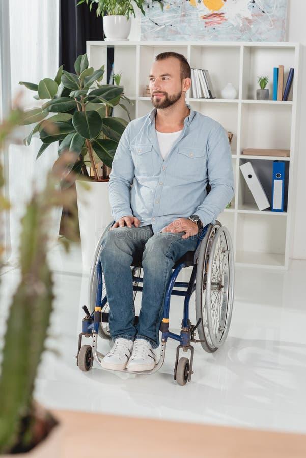 Hombre lisiado en el sillón de ruedas imágenes de archivo libres de regalías