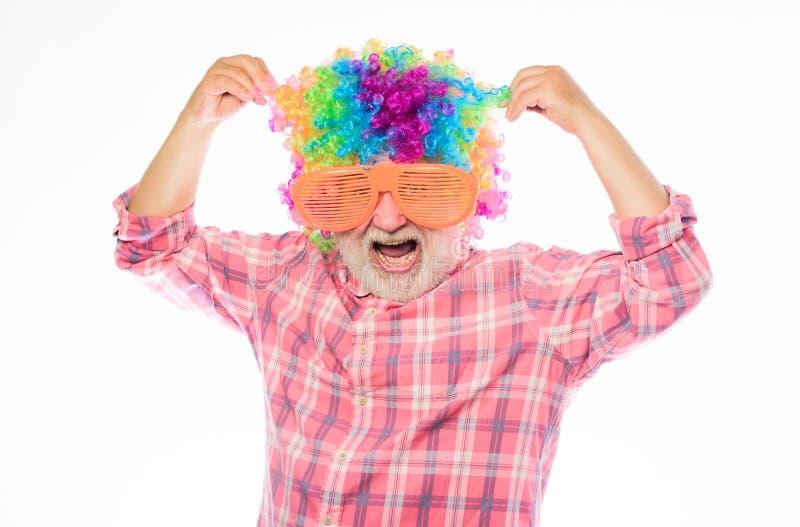 Hombre loco hombre barbudo maduro en vidrios coloridos de la peluca y del partido Hombre feliz con la barba Retiro de la celebrac fotos de archivo