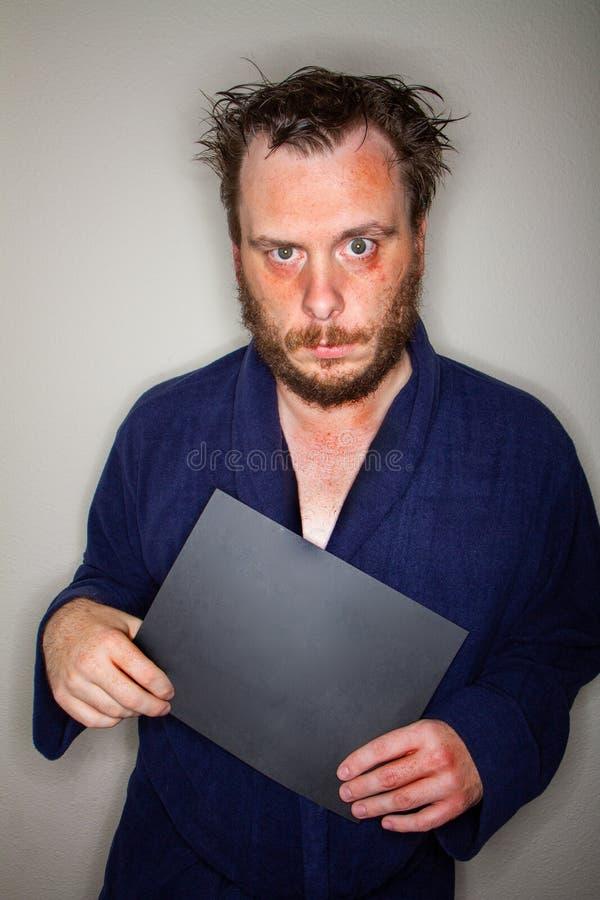 Hombre loco que lleva a cabo la muestra negra foto de archivo libre de regalías