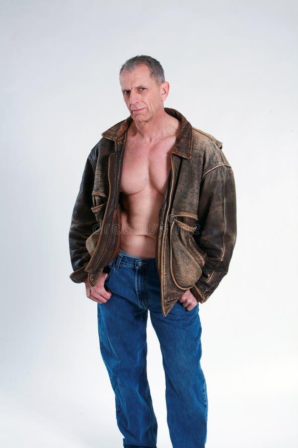 Hombre maduro atractivo en la chaqueta de cuero imágenes de archivo libres de regalías