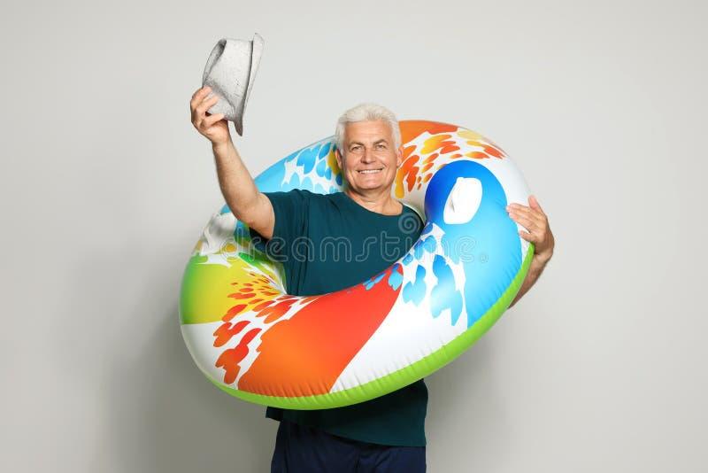 Hombre maduro divertido con el anillo inflable brillante foto de archivo libre de regalías