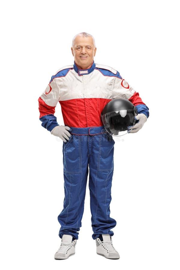 Hombre maduro en competir con el traje que sostiene el casco fotografía de archivo
