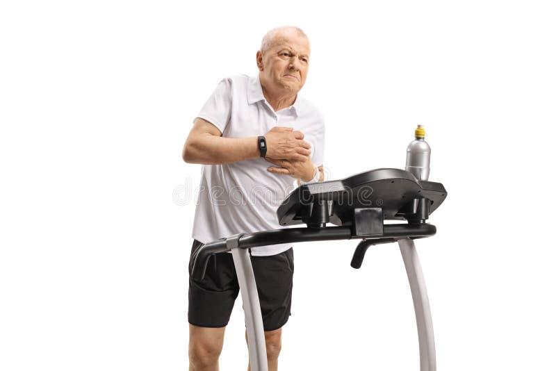 Hombre maduro en una rueda de ardilla que tiene un ataque del corazón imágenes de archivo libres de regalías