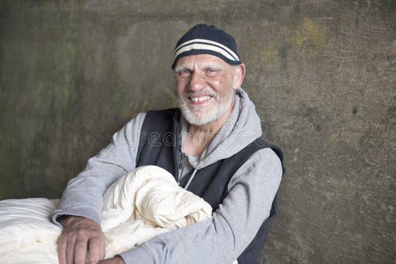 Hombre maduro feliz al aire libre con una manta fotografía de archivo